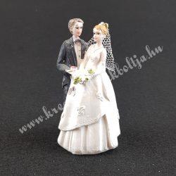 Nászpár, menyasszony csokorral a kezében