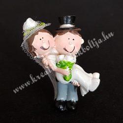 Esküvői pár, menyasszony ölben