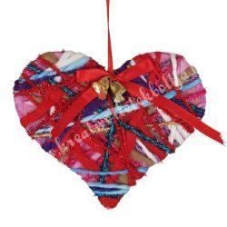 Szív fonalakkal díszítve, csengettyűvel, 15x13 cm