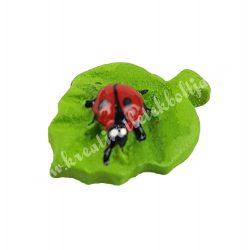 Ragasztható polyresin katica, zöld levélen
