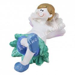 Polyresin kisfiú, virágszirmon fekvő,  10x5 cm