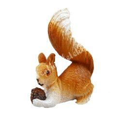 Polyresin mókus, fekvő, makkal, 4x5,3 cm