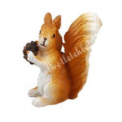Polyresin mókus, ülő, tobozzal, 2x4,7 cm